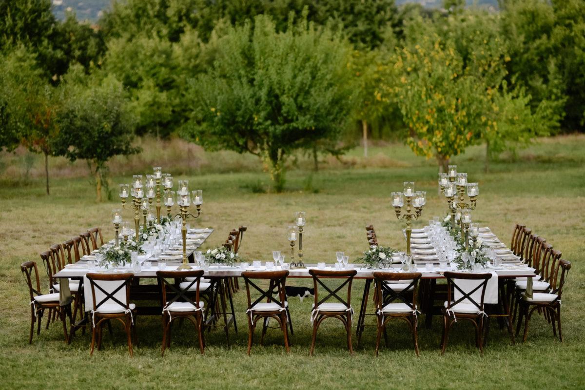 mesas y sillas de madera para alquilar para eventos